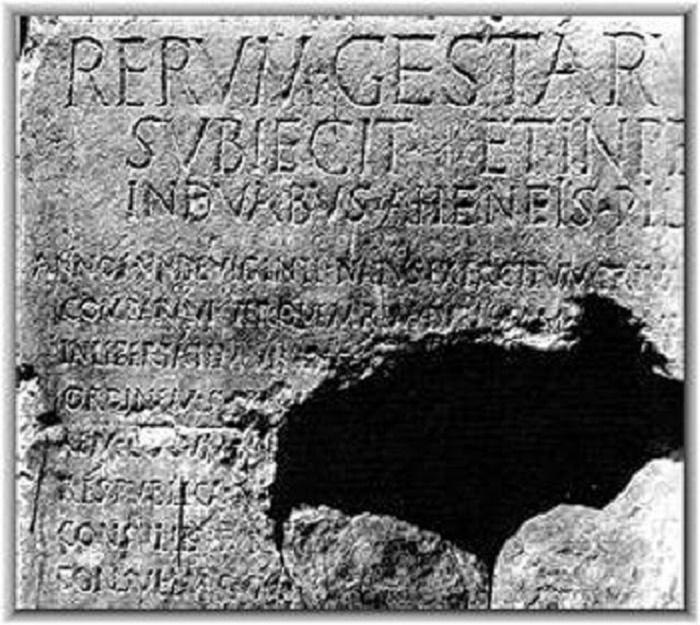 """Res gestae. """"Saavutustensa luettelossa"""" Augustus antaa oman tulkintansa elämäntyöstään. Alun perin teksti oli hänen mausoleuminsa edessä Roomassa, mutta tämä kopio on hakattu Rooman ja Augustuksen temppelin seinään Vähä-Aasian Ancyrassa eli nykyisessä Ankarassa. Saksalainen historioitsija Mommsen kutsui tätä harvinaista esimerkkiä keisarin suorasta puheesta jälkipolville """"piirtokirjoitusten kuningattareksi""""."""