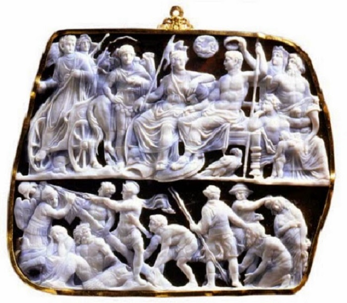 Gemma Augusta (nykyään Wienissä). 19cm kamee esittää Augustuksen Juppiterina istumassa Rooman personifikaation vieressä hänen tähtimerkkinsä kauriin leijuessa yläpuolella. Alarekisterissä polvistuvat barbaarivangit seuraavat voitonmerkkiä pystyttäviä sotilaita. Vierasmaalainen kypärä ja kilpi painottavat Augustuksen voittoa ulkoisista vihollisista ja jättävät vähemmälle huomiolle hänen mittavammat sotansa, jotka käytiin roomalaisia kilpailijoita vastaan.