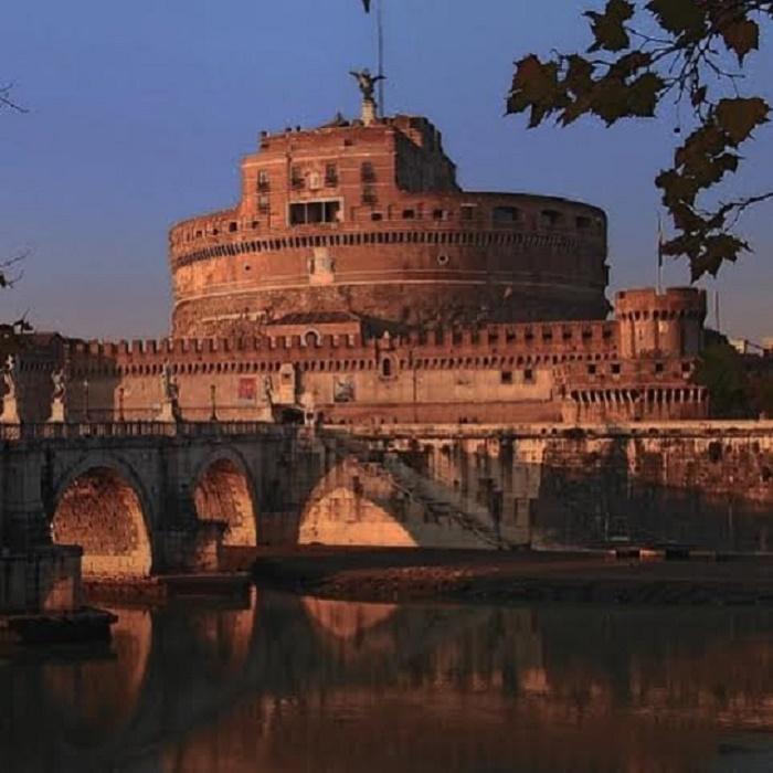 Hadrianuksen mausoleumi eli Castel Sant'Angelo (suom. Pyhän enkelin linna)