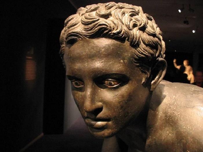 Papyrusten huvilasta löydetty pronssinen juoksijan patsas.