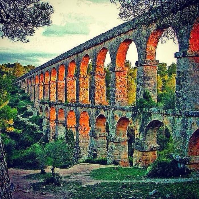 Les Ferreres akvedukti sijaitsee lähellä Tarragonan kaupunkia Espanjassa. Akvedukti on monien muiden Tarragonan arkeologisten kohteiden tavoin on nimetty Unescon maailmanperintöluetteloon. Vesijohto on rakennettu keisari Augustuksen valtakaudella.