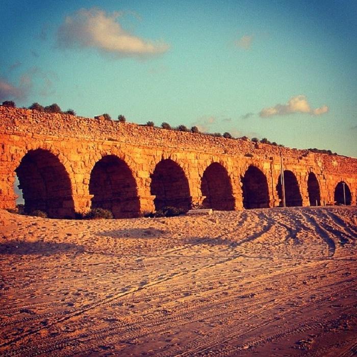 Herodes Suuren rakennuttama akvedukti Caesareassa. Akvedukti on rakennettu vuosien 23-13 eaa. välisenä aikana