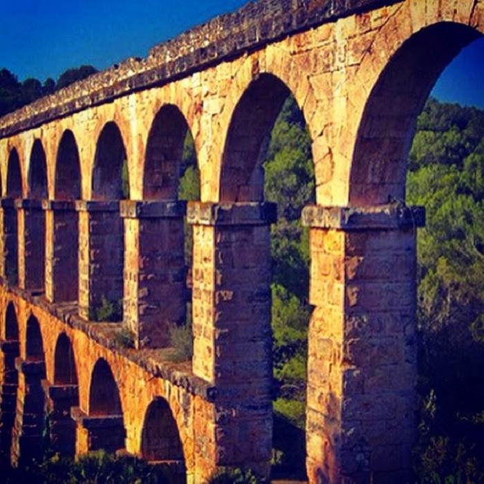 Les Ferreres akveduktin säilyneen osan pituus on 249 metriä ja korkeus 27 metriä. Akvedukti sijaitsee noin neljä kilometriä Tarragonan kaupungista pohjoiseen, moottoritien läheisyydessä. Akveduktille pääsee bussilla. Yksi kaupungin suosituimmista nähtävyyksistä on kerrassaan upea.