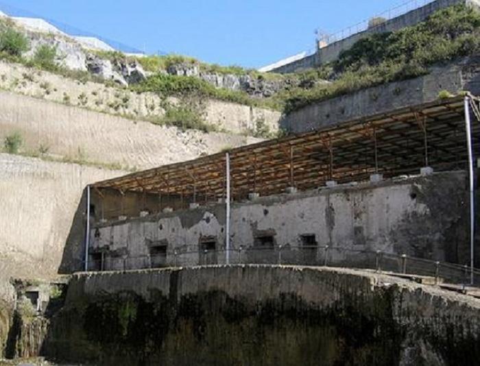 Papyrusten huvila. Papyrusten huvila on nimitys, jota käytetään erään suuren yksityisasunnon raunioista muinaisessa Herculaneumissa. Kuva: Wikipedia.