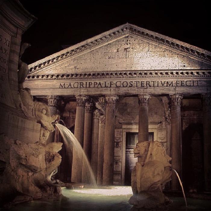 Pantheonin temppeli on uskomattoman kaunis yövalaistuksessa.