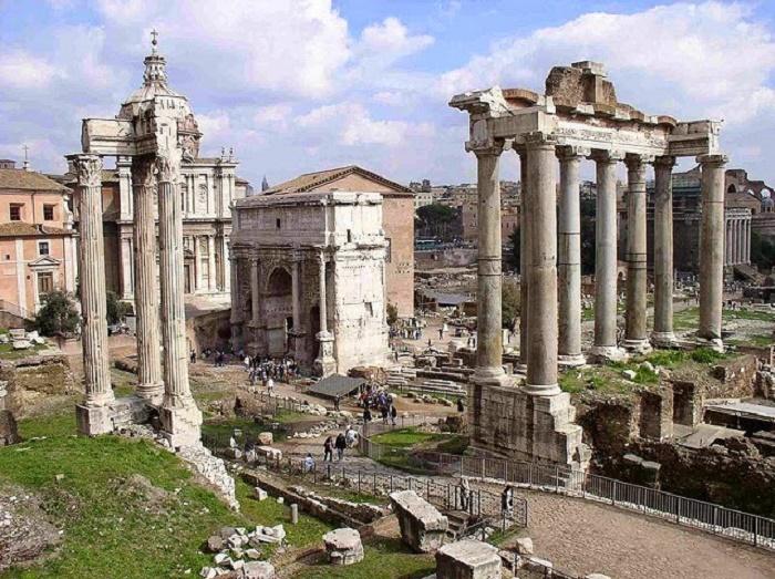 """Kahdentoista taulun lait (lat. Leges duodecim tabularum) on Rooman vanhin, vuosina 451 – 450 eaa. syntynyt lakikokoelma. Lait oli kaiverrettu kahteentoista tammipuiseen tauluun, jotka oli asetettu julkisesti nähtäväksi Rooman Forumille. Alkuperäiset taulut tuhoutuivat mahdollisesti vuonna 386 eaa., kun Brennuksen komentamat gallialaiset hävittivät Roomaa, mutta roomalaisen oikeuden """"alkulähteenä"""" (fons omnis publici privatique iuris, Livius) kahdentoista taulun laeilla on keskeinen merkitys Rooman ja koko Euroopan myöhemmän oikeusjärjestelmän kehityksen kannalta. Kuva:Wikipedia."""