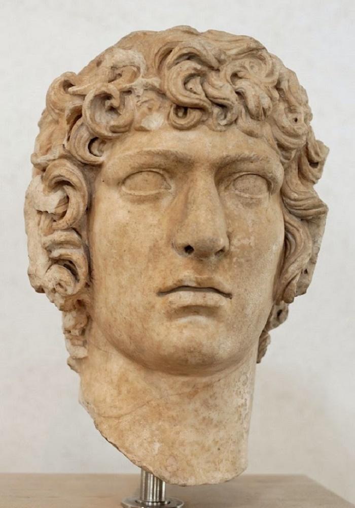 Antinooksen pää, Hadrianuksen huvila, Tivoli. Antinoos oli kauneutensa lisäksi myös älykäs, rohkea ja diplomaattinen. Nämä ominaisuudet eivät kuitenkaan suojelleet häntä herjauksilta, joita myöhempien aikojen historiankirjoittajat ovat häneen kohdistaneet.