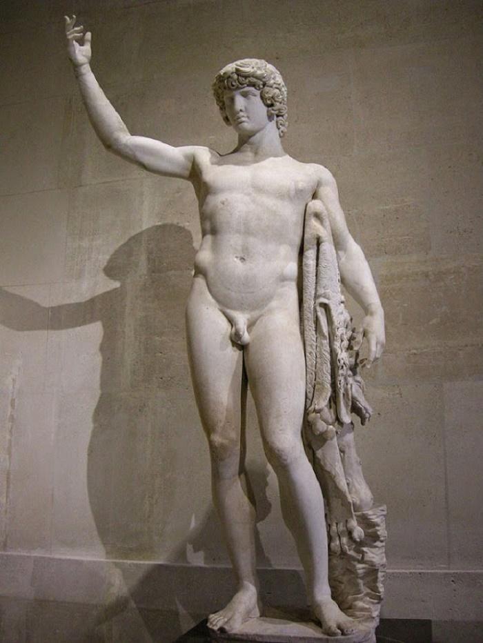 Antinoos, poika josta tuli jumala. Hadrianuksen julistettua Antinoos jumalaksi, häntä esittäviä patsaita ilmestyi kaikkialle valtakuntaan. Näin tehtiin kunnioituksesta keisaria kohtaan ja osaksi myös Antinooksessa henkilöityvän maskuliinisen kauneuden ylistämiseksi.