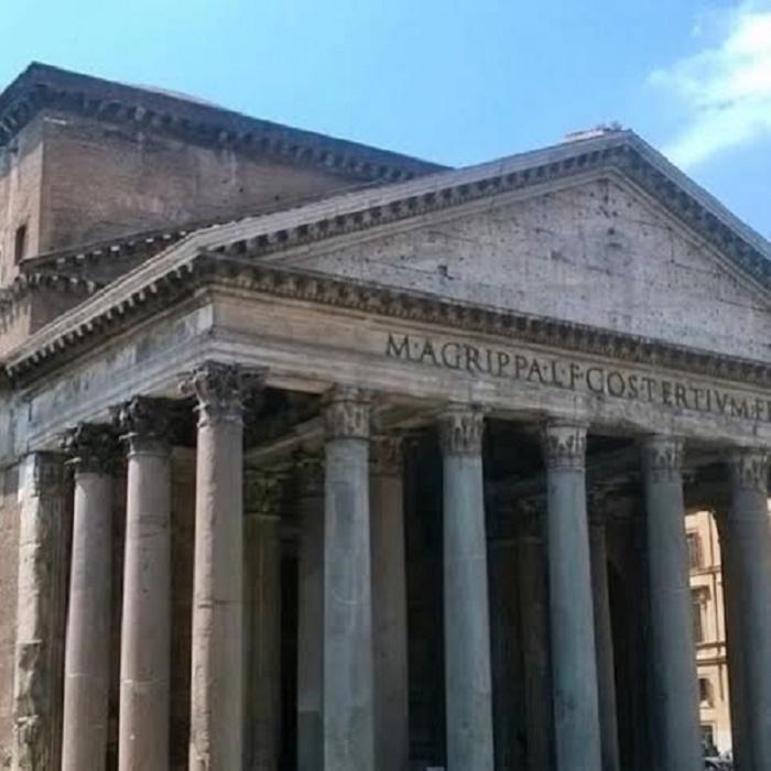 Pantheon. Graniittipylväiden ympäröimä portiikki. Valokuvan on ottanut ystäväni Matti Partonen.