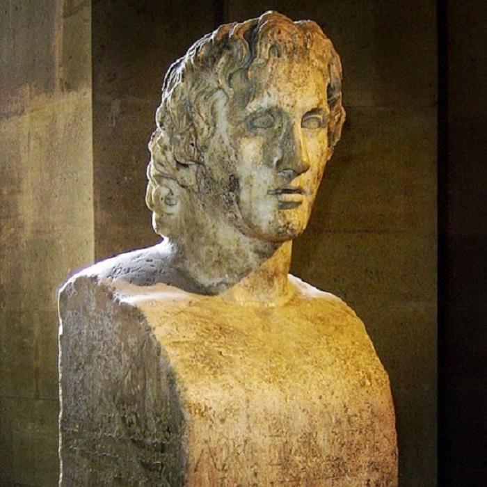 Niin sanottu Azara-hermi Louvressa. Don Jose Nicholas de Azara löysi patsaan Tivolissa. Patsas on roomalainen kopio Lysippoksen tekemästä pronssipatsaasta noin ensimmäiseltä tai toiselta vuosisadalta . Patsas kuvaa Aleksanterin noin 30-vuotiaana.