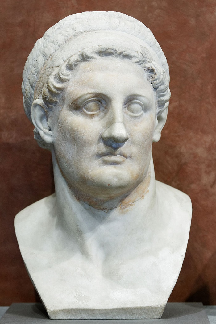 Ptolemaios Lagoksen poika. Hän oli Aleksanteri Suuren sotapäällikkö, ja hänestä tuli Aleksanterin kuoleman jälkeen Egyptin kuningas. Ptolemaios kirjoitti vanhoilla päivillään Aleksanterin elämäkerran, jota Curtius ilmeisesti käytti lähteenään. Kuva: Wikipedia.