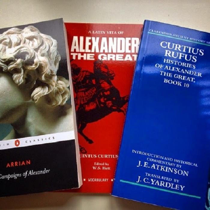 Arrianoksen ja Curtius Rufuksen kirjoja. Suosittelen lämpimästi näitä kirjoja luettavaksi jokaiselle, joka haluaa perehtyä tarkemmin Aleksanterin elämään.