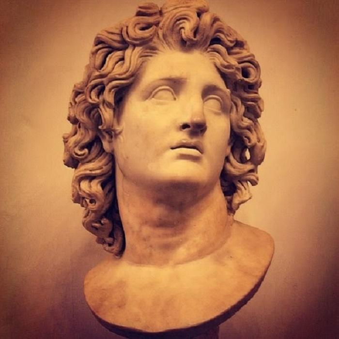Aleksanterin ulkoisen kauneus tulee hyvin esille tässä marmoriveistoksessa.