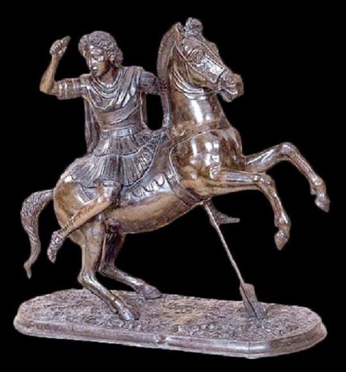 Roomalainen pronssikopio Aleksanteri Suuren patsaasta. Viittaa mahdollisesti alkuperäiseen veistosryhmään, jonka Aleksanteri tilasi kuvanveistäjältään Lysippokselta kunnioitaakseen 25 Granikoksessa kaatunutta toveriaan. Pystyyn noussutta Bucephalusta tukeva peräsin viittaa Granikosjoen ylitykseen.