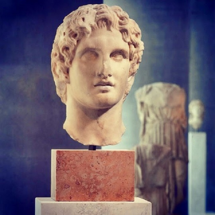 Aleksanteri Suurta esittävä patsas, joka on löydetty läheltä Erechtheionia vuonna 1886. Kaunis muotokuva nuoresta Aleksanterista, mahdollisesti Lysippoksen tekemä veistos vuodelta 336 eKr. Patsas on nähtävillä Acropolis Museossa Ateenassa.