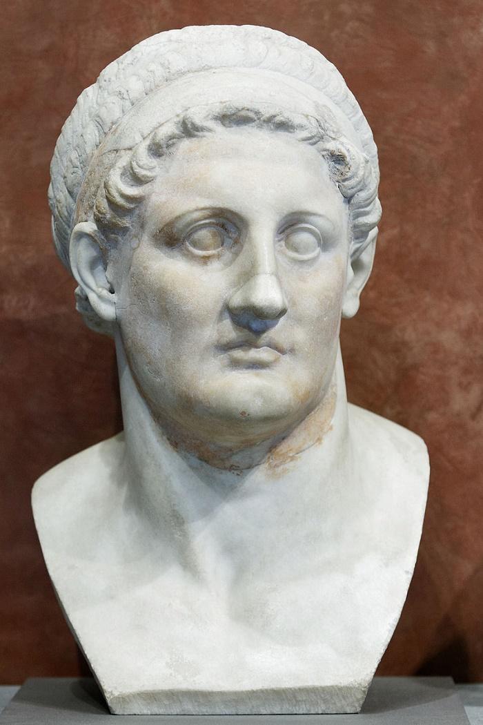 Ptolemaiosta esittävä patsas Louvressa. Kuva: Wikipedia.