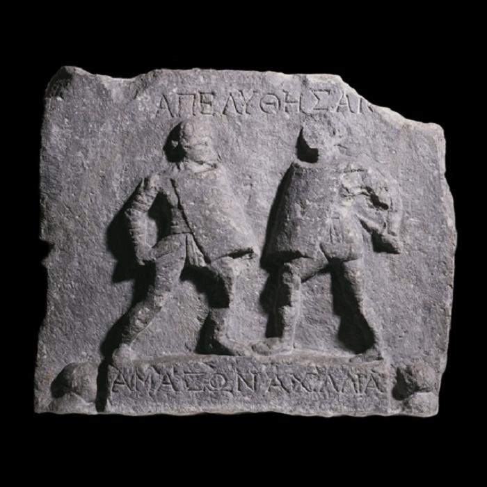 Amazonin ja hänen vastustajansa Akhillian nimet on kaiverrettu Halikarnassoksesta (nykyinen Bodrum Turkissa) löydetyn reliefin jalustaan. Tämä reliefi on nähtävissä British Museumissa Lontoossa.