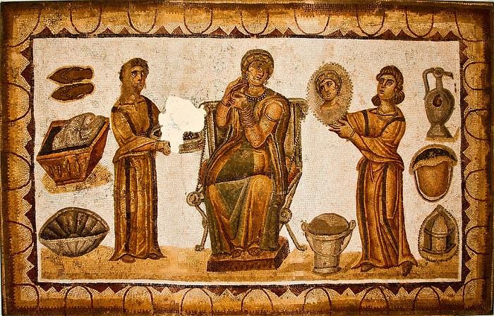 Mosaiikki kuvaa kahta naispuolista orjaa emäntänsä seurassa. Karthagon museo.