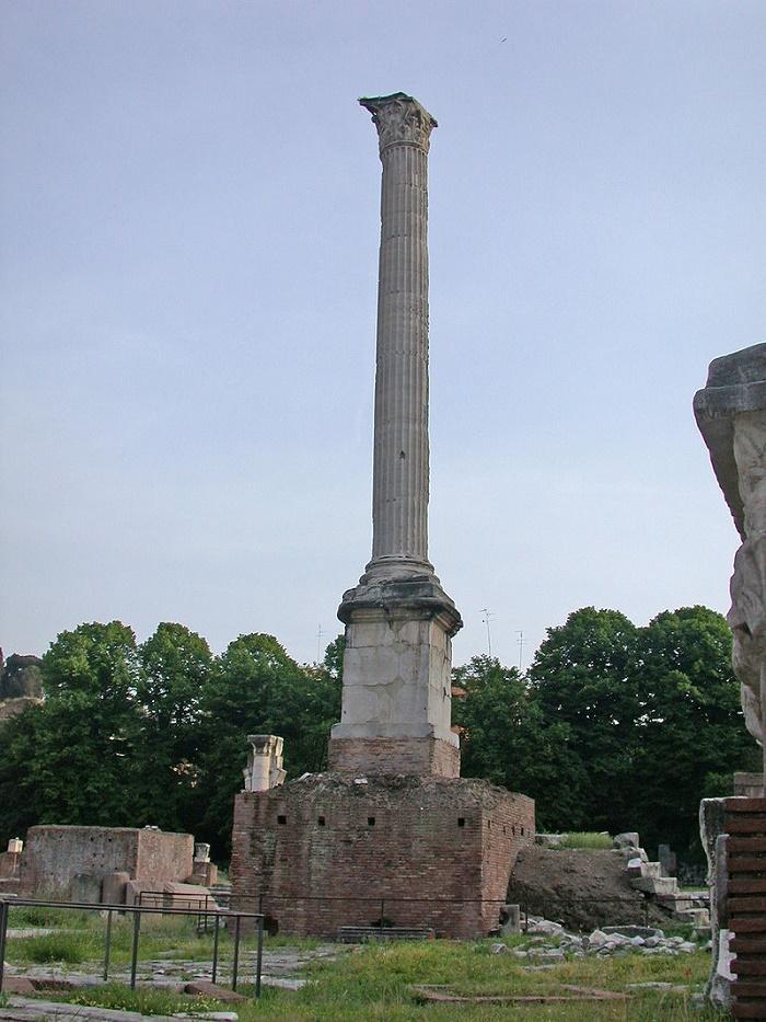 Fokaksen pylväs Forum Romanumilla. Kuva: Wikipedia.