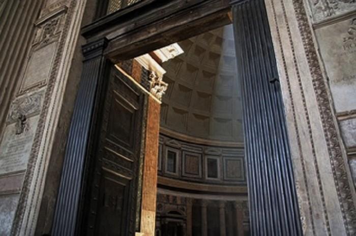 Pantheonin pronssiovet.