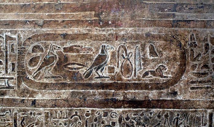 Kleopatran nimi hieroglyfein kirjoitettuna (kartussin ympäröimänä, luetaan oikealta vasemmalle) Horuksen temppelissä Edfussa.