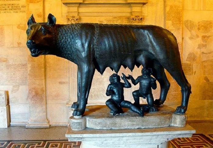 Capitoliumin museoissa on naarassutta esittävä pronssiveistos, jonka alle Antonio da Pollaiolo 1400-luvulla lisäsi imeväiset kaksoset. Susiveistosta pidettiin kauan 400-luvun alussa eKr. tehtynä etruskiveistoksena, kunnes vuonna 2006 havaittiin, että se oli valettu tekniikalla, joka kehitettiin vasta keskiajalla. Tiettävästi myös muut modernit ajoitusmenetelmät viittaavat samaan myöhäiseen ajankohtaan. Kysymystä ei ole kuitenkaan vielä kiistatta ratkaistu. Kuva: Wikipedia.