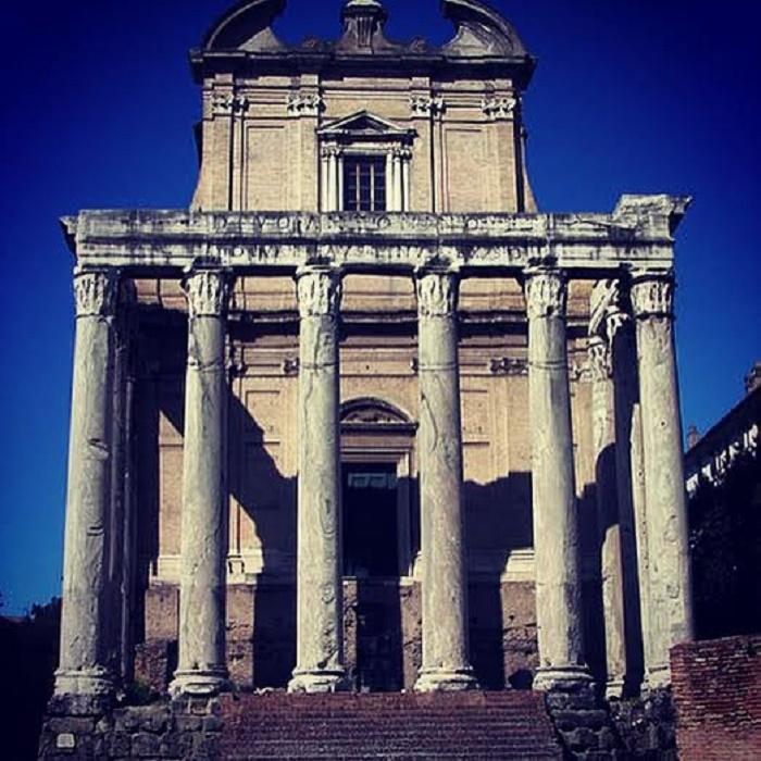 Antoninuksen ja Faustinan temppeli.