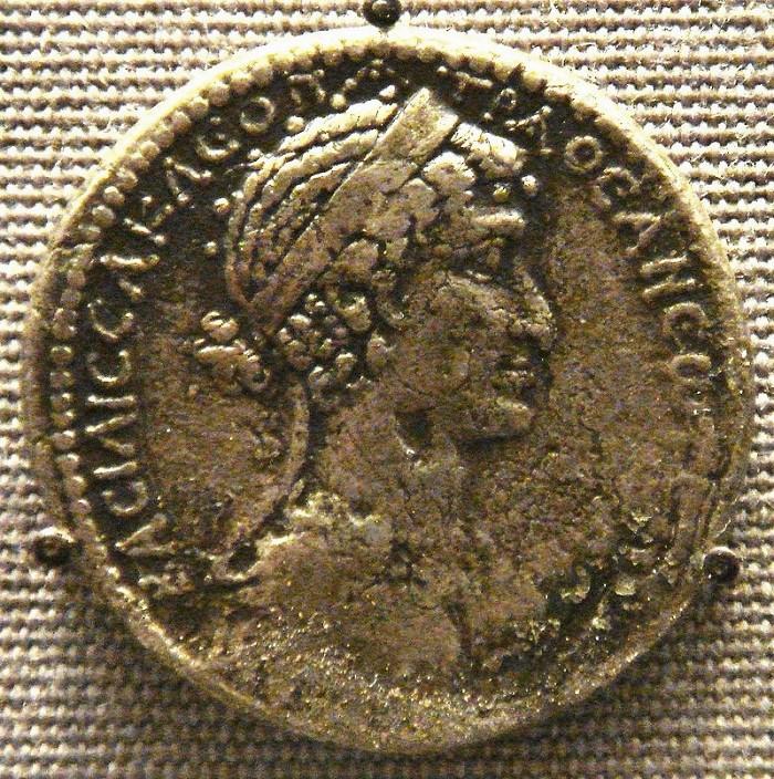Kleopatraa esittävä kolikko.