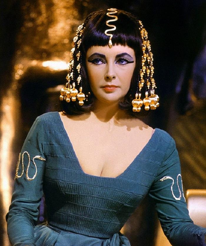 Jumalaisen kaunis Elizabeth Taylor vuonna 1963 valmistuneessa elokuvassa Kleopatra.