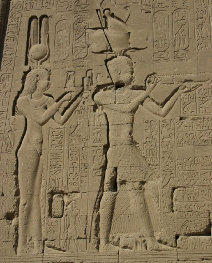 Kleopatra poikansa Caesarionin kanssa Denderan temppelin takaseinällä. Kleopatra on kuvattu Isis-jumalattarena, johon hänet samaistettiin.