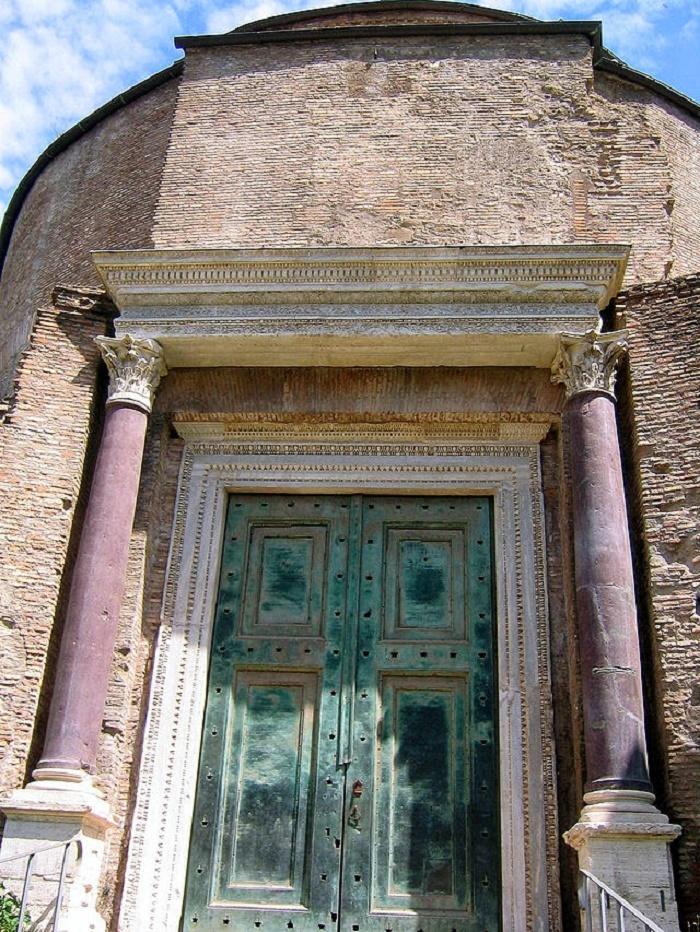 Romuluksen temppeli Forum Romanumilla.