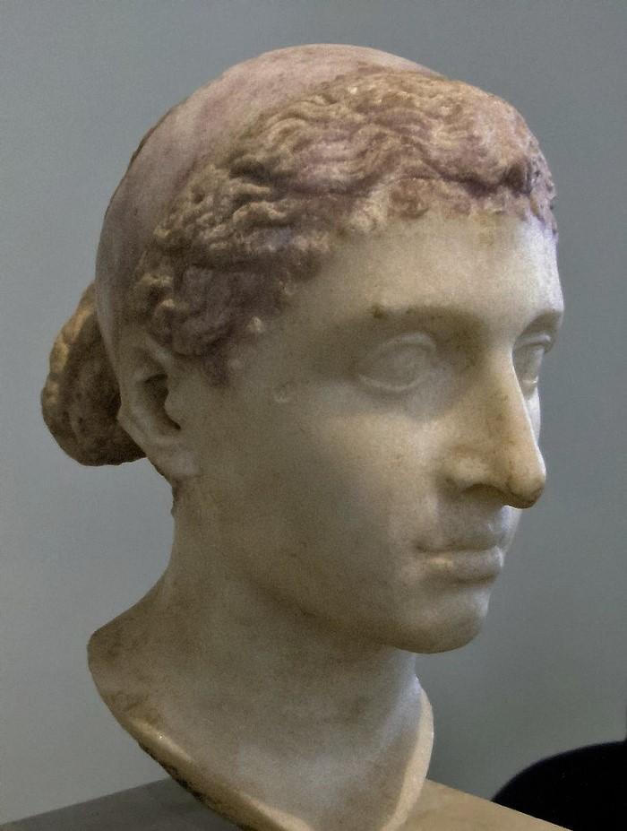 Rintakuva, jonka uskotaan esittävän Kleopatraa. Altes Museo, Berliini.