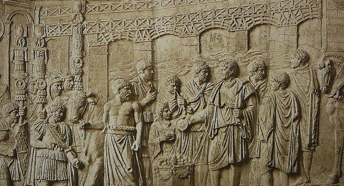 Tonavan yli rakennettu Trajanuksen silta kuvattuna Trajanuksen pylväässä. Apollodorus itse on kuvattuna sillan edessä, uhraavan keisarin vasemman olkapään takana. Kuva: Wikipedia.