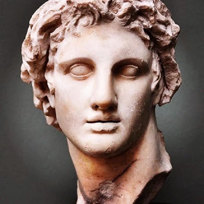 Aleksanteri Suuri, marmori, kopio Lysippoksen alkuperäisestä patsaasta. Patsaan on kerrottu löytyneen Aleksandriasta, Egyptistä. Tämä upea patsas on esillä Glyptotek museossa Kööpenhaminassa.