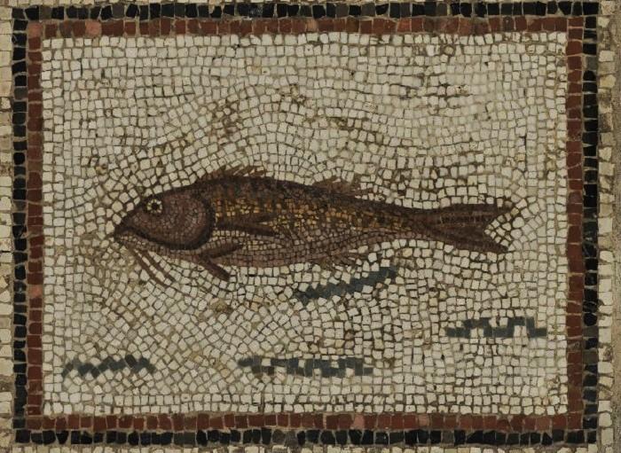 Kaupat avattiin aikaisin ja suljettiin puolenpäivän aikaan. Parhaat kaupat oli koristeltu mosaiikein, jotka esittivät kaupassa myytäviä tavaroita. Miehet hoitivat lähes kaikki ostokset, joskin naiset kävivät räätäleillä ja suutareilla. Kauppiaatkin olivat lähes kaikki miehiä. Vuosien 117-193 jKr. ammattiluettelossa mainitaan vain kolme naispuolista villanmyyjää ja kaksi korukauppiasta, yksi kasviskauppias ja yksi kalakauppias.