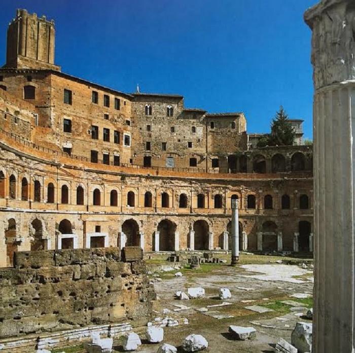 Antiikin suurimpiin ihmeisiin kuuluvat Trajanuksen kauppahallien rauniot ovat vain aavistus sen muinaisesta loistosta. Kauppahallit muodostivat 150 myymälän ja toimiston kokonaisuuden, josta sai ostaa mm. tuontisilkkiä, mausteita, hedelmiä ja kukkia.
