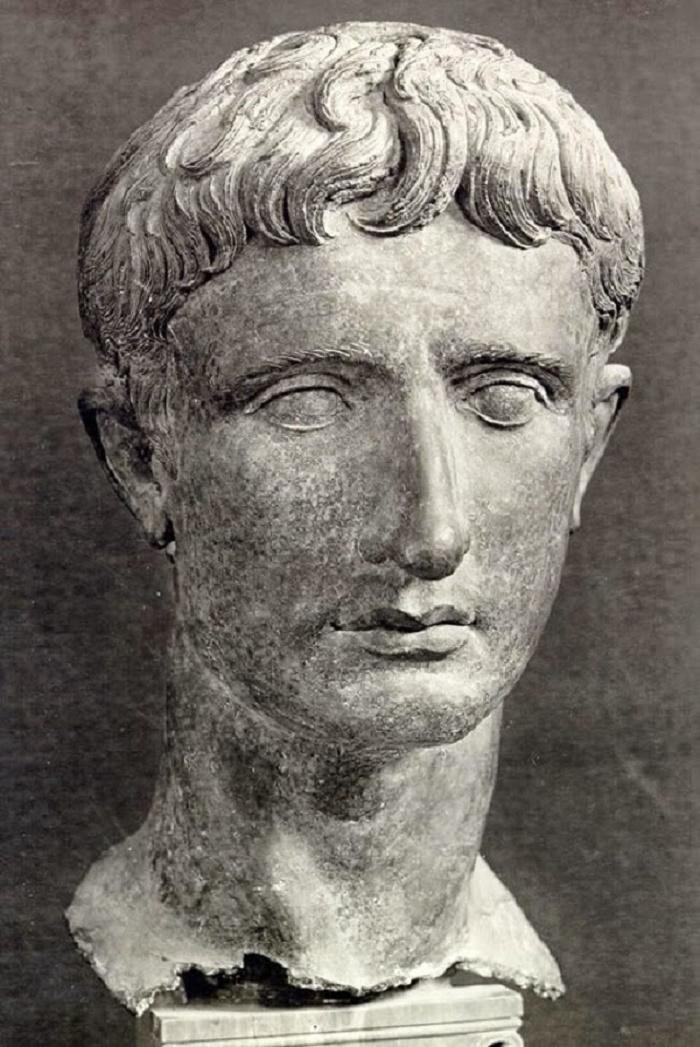 Nuoren Octavianuksen pää ajalta ennen kuin hänet opittiin tuntemaan Augustuksena. Octaviukseksi syntynyt Caesarin perillinen otti adoptioisänsä nimen ja hänestä tuli Gaius Julius Caesar. Vuonna 27 eKr. senaatti antoi hänelle kunnianimen Augustus.