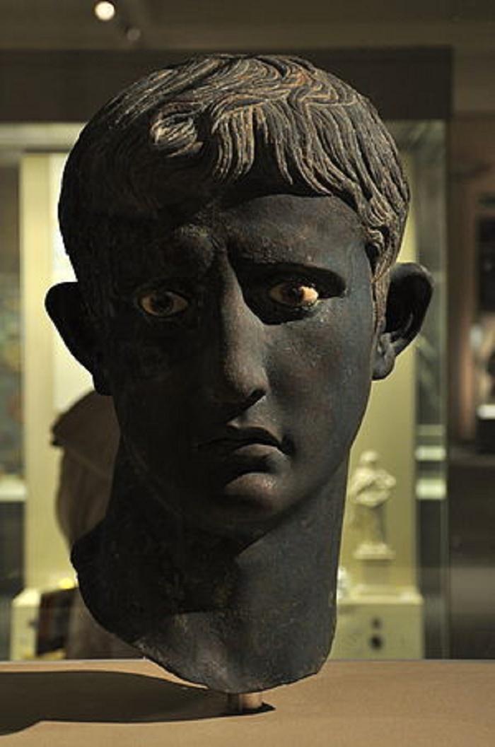 Augustusta esittävä pronssinen patsas, jonka brittiläinen arkeologi John Garstang löysi joulukuussa 1910 Meroën alueelta Sudanista. Tämä upea patsas kuuluu British Museumin kokoelmiin.