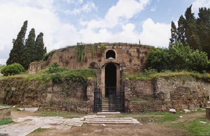 Augustuksen mausoleumi Marskentällä oli aikoinaan Rooman vaikuttavin monumentti. Sitä ei ollut tarkoitettu vain keisarille itselleen, vaan myös hänen perheelleen. Mausoleumin avointa sisäosaa käytettiin uuden ajan alkupuolella härkätaistelujen ja sirkusesitysten näyttämönä.