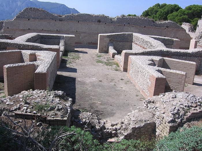 Tiberiuksen huvilan rauniot Caprilla. Valokuva: Wikipedia.