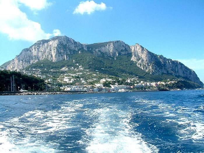 Caprin saari Napolin edustalla. Kuva: Wikipedia.