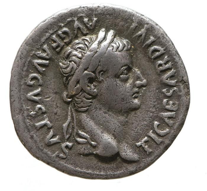 Tiberiuksen kuvalla varustettu denaari (denarius oli antiikin roomalainen hopeakolikko, joka oli yleisin käyttöraha, kunnes Antoninianus syrjäytti sen. Ensimmäiset denaarit lyötiin Rooman tasavallan aikana vuoden 211 eKr. tienoilla, samoihin aikoihin toisen puunilaissodan kanssa.)
