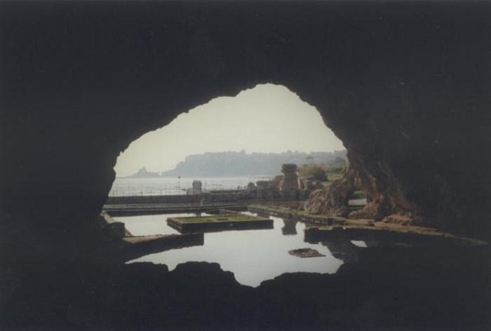 Tiberiuksen luola Caprilla. Antiikin aikana keisari Tiberius käytti luolaa uimapaikkanaan. Luola toimi myös meren temppelinä ja Tiberiuksen hallituskaudella se oli koristeltu lukuisin patsain, jotka sijaitsivat luolan reunoilla. Valokuva: Wikipedia.