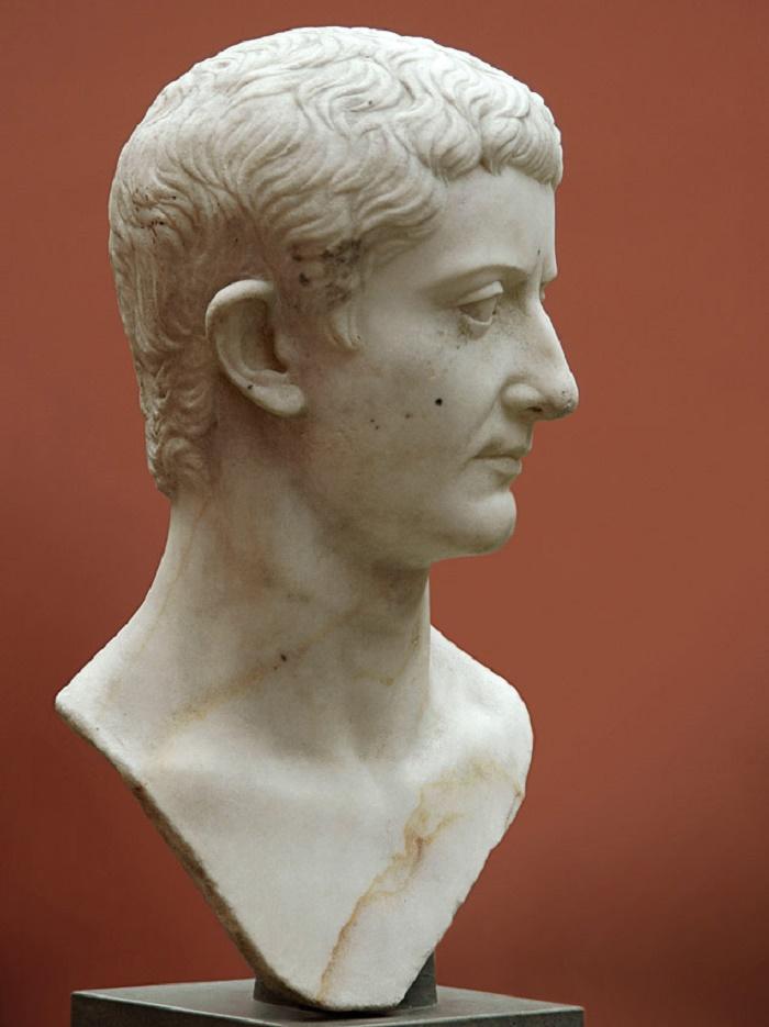Tiberiusta esittävä marmoripatsas, Ny Carlsberg Glyptotek. Valokuva: S. Sosnovskiy.
