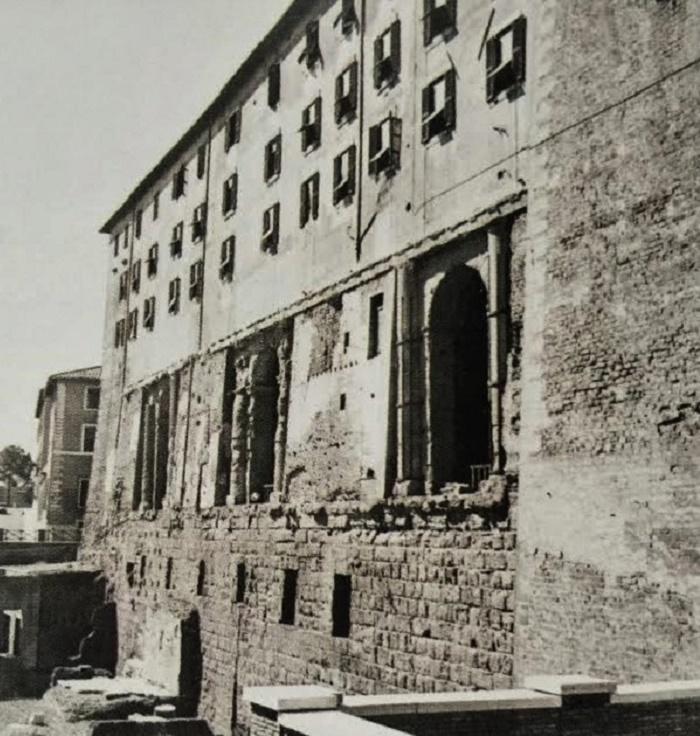 Tabularium, Rooman valtionarkisto. Sullan Forumin länsipäähän rakennuttamassa Tabulariumissa säilytettiin lakitekstejä, ediktejä, vaalituloksia ja sopimuksia. Tämä valokuva on peräisin ajalta ennen toista maailmansotaa.