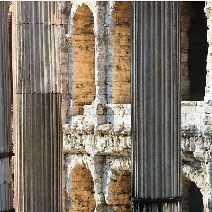 Yksityiskohta Apollonin temppelin kolmesta korinttilaisesta pylväästä.