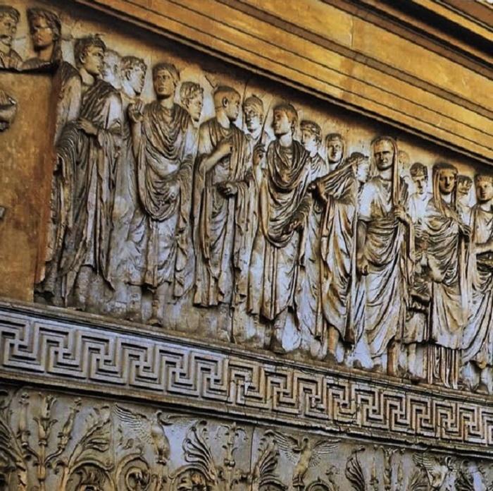 Yksityiskohta Ara Paciksesta. Kuvassa näkyvät Augustus, Agrippa ja Livia.