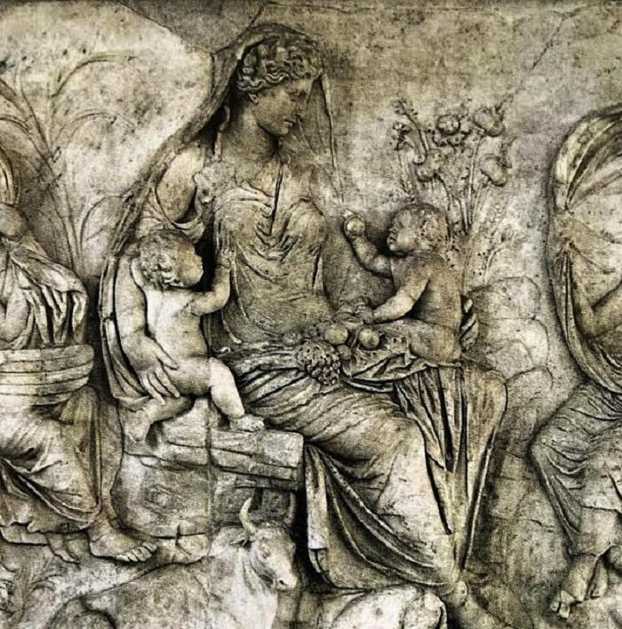 Yksityiskohta Tellusta esittävästä reliefistä.
