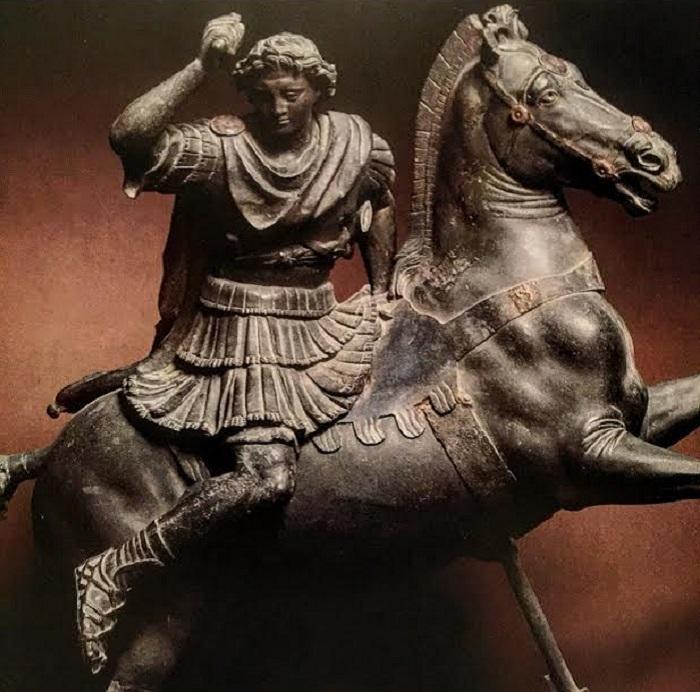 Roomalainen pronssikopio Aleksanteri Suurta esittävästä patsaasta. Tämä viittaa mahdollisesti alkuperäiseen veistosryhmään, jonka Aleksanteri tilasi aikauden kuuluisimmalta kuvanveistäjältä Lysippokselta kunnioittaakseen 25 kaatunutta toverisoturia. Pystyyn noussutta hevosta tukeva peräsin viittaa Granikosjoen ylitykseen. Valokuvaaja tuntematon.