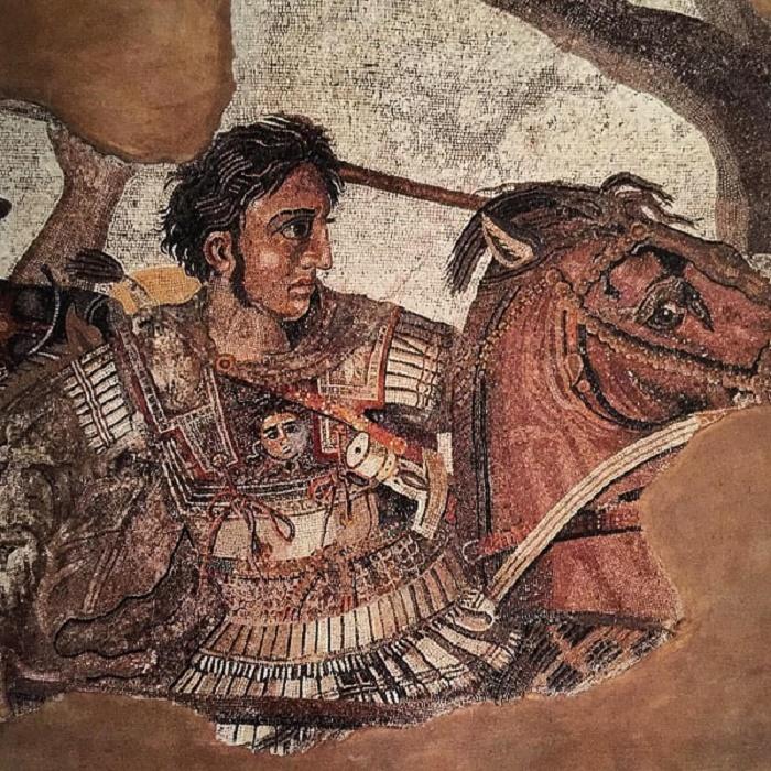 Yksityiskohta kuuluisasta Aleksanteri-mosaiikista. Alla olevasta kuvasta näemme kuinka Aleksanteri hyökkää Bukefaloksen selässä taisteluvaunuissaan istuvaa Dareiosta vastaan. Todennäköisesti mosaiikki kuvaa Issoksen taistelua vuodelta 333 eaa. Taistelu käytiin marras-joulukuussa, Gaugamelan taistelu taas 1. lokakuuta. Mosaiikki löydettiin Pompejista vuonna 1831 ja se on nykyään nähtävillä Napolin Museo Nazionalessa.